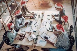 Mira estas ideas de decoración navideña para tu oficina pequeña